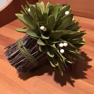 home goods Accents - Fake bundle of leaves with white berries.